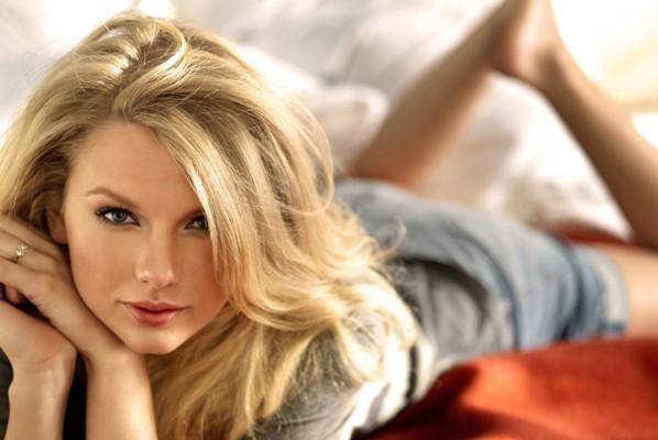 Taylor Swift, hacker violano account Twitter e minacciano di pubblicare sue foto hot