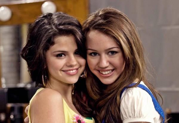 """Miley Cyrus: """"Io e Selena Gomez aspettiamo un figlio da Justin Bieber"""""""