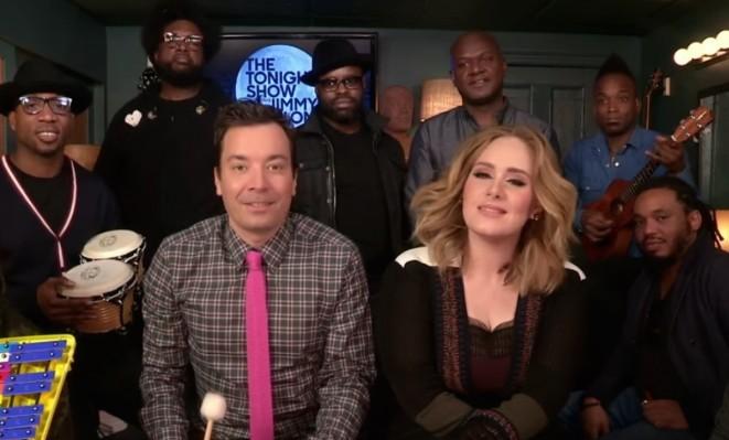 """Jimmy Fallon: Adele canta """"Hello"""" accompagnata da strumenti giocattolo (video)"""