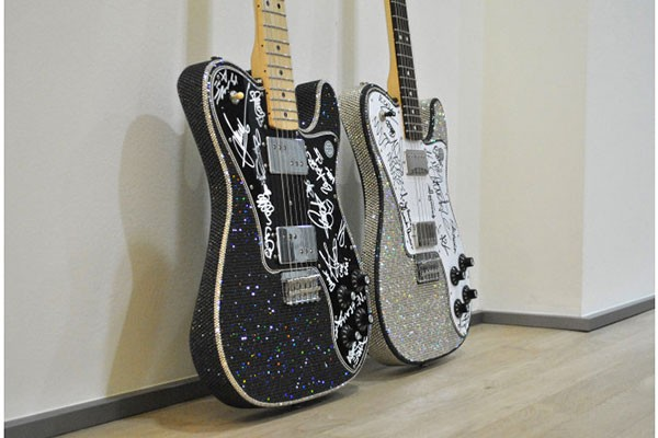Le chitarre del concerto di Radio Italia Live sono state vendute per oltre 8mila euro